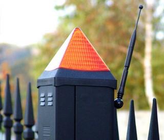 Lampa ostrzegawcza informuje o zamykaniu i otwieraniu bramy