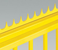 Ostre zakończenie w postaci stalowego grzebienia może być montowane na górnej krawędzi skrzydła bramy