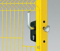 Zamek do bramy ręcznej to pewne i trwałe zamknięcie bramy ręcznie otwieranej, umieszczony jest w aluminiowej obudowie.