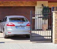 automatyczne zamykanie Automatyczne zamykanie powoduje samoczynne zamknięcie się bramy po zaprogramowanym czasie, jeżeli wyjedziesz lub wjedziesz i zapomnisz zamknąć bramę automat zrobi to za Ciebie